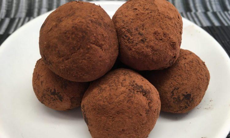 Schoko Energiebällchen mit Mandeln, Haselnüssen, Orange und Chili