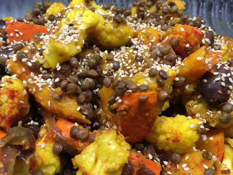 Linsen Salat mit Rosinen und karmelisiertem Kürbis und Blumenkohl