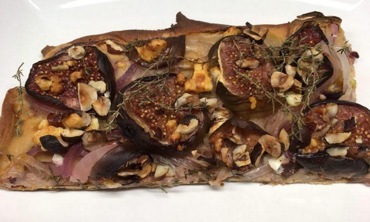 Zutaten für den Zwiebelkuchen mit Feigen, Ziegenkäse und Balsamico