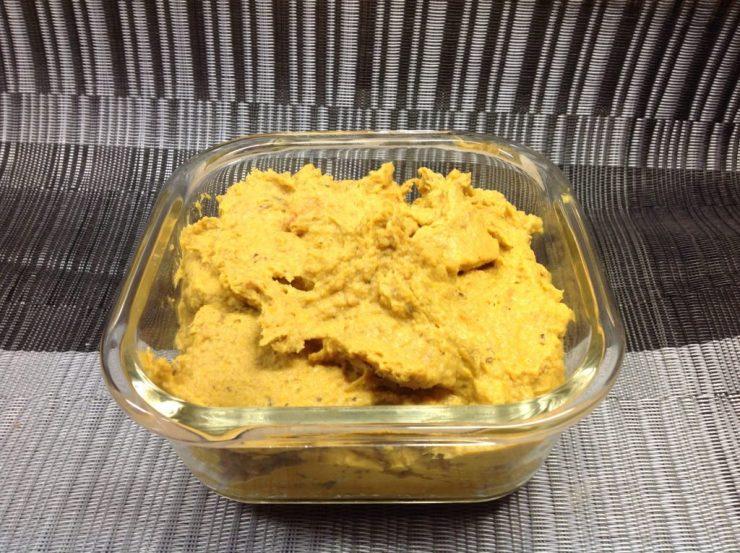 Hummus aus schwarzen Bohnen mit gerösteten Karotten und Süßkartoffeln