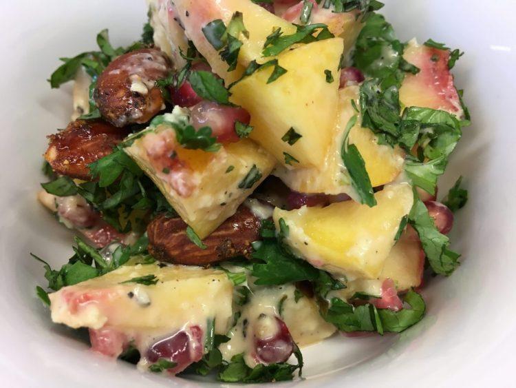 Pfirsich Avocado Salat mit Granatapfelkernen, Mandeln und Aprikosen Miso Dressing