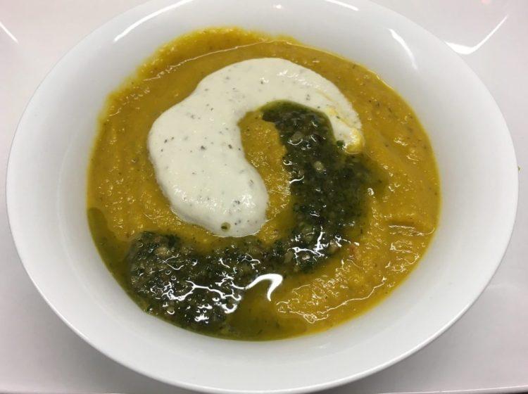 Kürbis Fenchel Suppe mit Cashew-Creme und Haselnuss Salbei Pesto