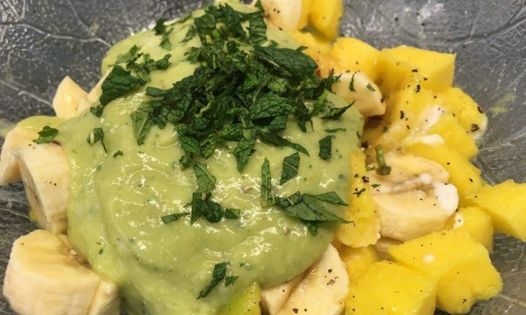 Mango-Bananen Salat mit Avocado-Kokosnuss-Ingwer Creme
