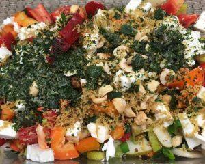 Paprika Birnen Salat mit Haselnüssen und Schafskäse mit Haselnuss-Dattel-Vinaigrette