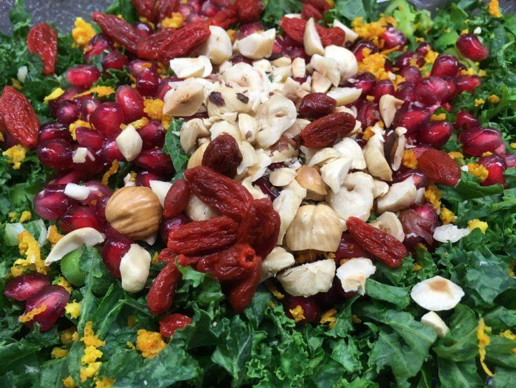 Grünkohl Salat mit Goji Beeren, Haselnüssen und Granatapfelkernen
