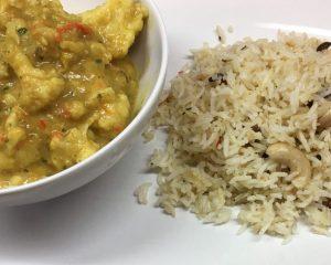Blumenkohl mit Erdnuss Bananen Kokos Curry und Rosinen Cashew Reis