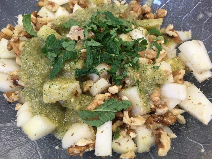 Birnen-Walnuss Salat mit Birnen-Ingwer-Zimt Dressing und frischer Minze