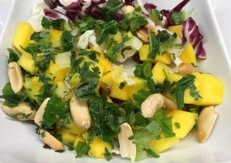 Chinakohl Radicchio Salat mit Mango und Erdnuss Orangen Curry Dressing