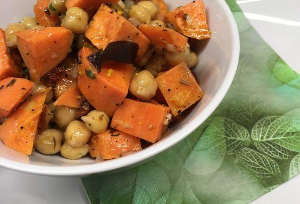 Süßkartoffel Salat mit Tomaten, Datteln und Dattel-Tahini Dressing