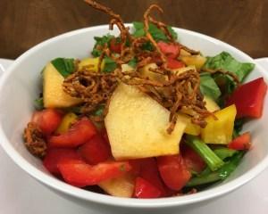 Kaki Paprika Salat mit knusprigen Süßkartoffel Spiralen