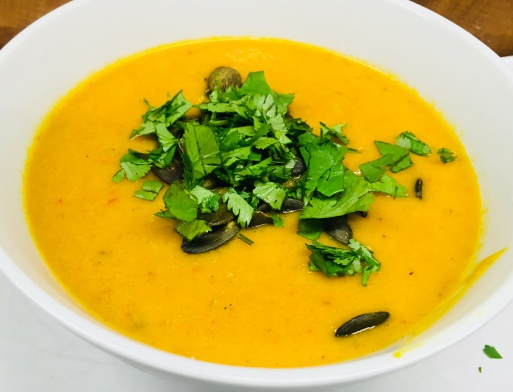Kürbis Suppe mit Mango, Süßkartoffel, Paprika, Orange, Avocado und Cashews