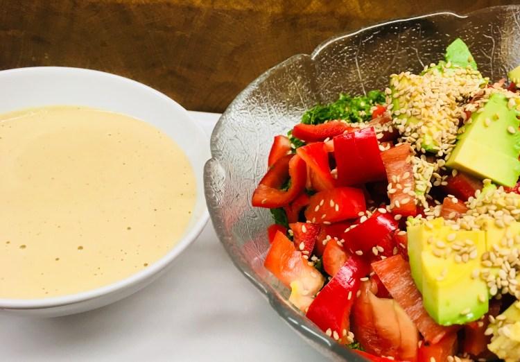 Grünkohl Salat mit Paprika, Avocado, Sesam und Tamari Ingwer Tahini Dressing