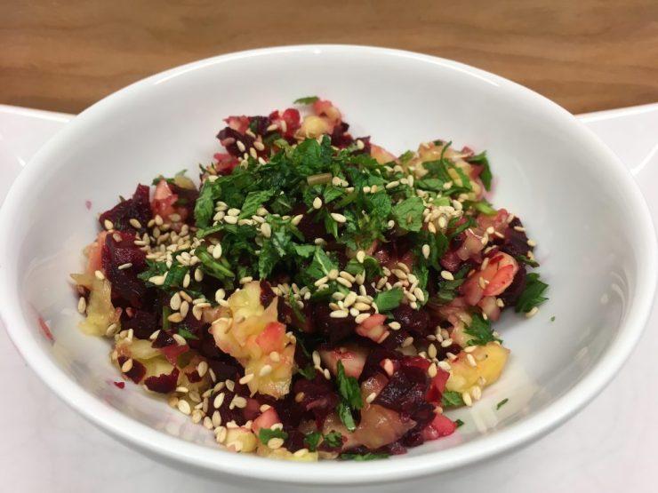 Rote Bete Mango Salat mit Sesam, Minze und Koriander