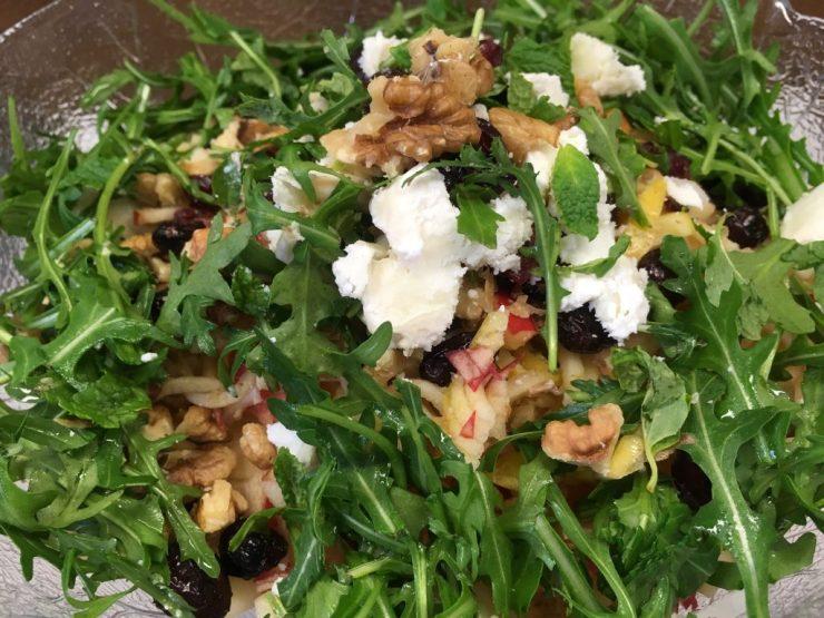 Kohlrabi Apfel Salat mit Walnüssen, Cranberries und Ziegenkäse