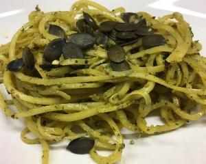 Low Carb Pasta aus Steckrüben mit Kürbispesto
