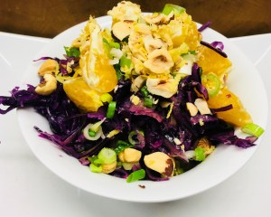 Rotkohl Salat mit Karotten und Orangen und Rosinen Hanf Tahini Dressing