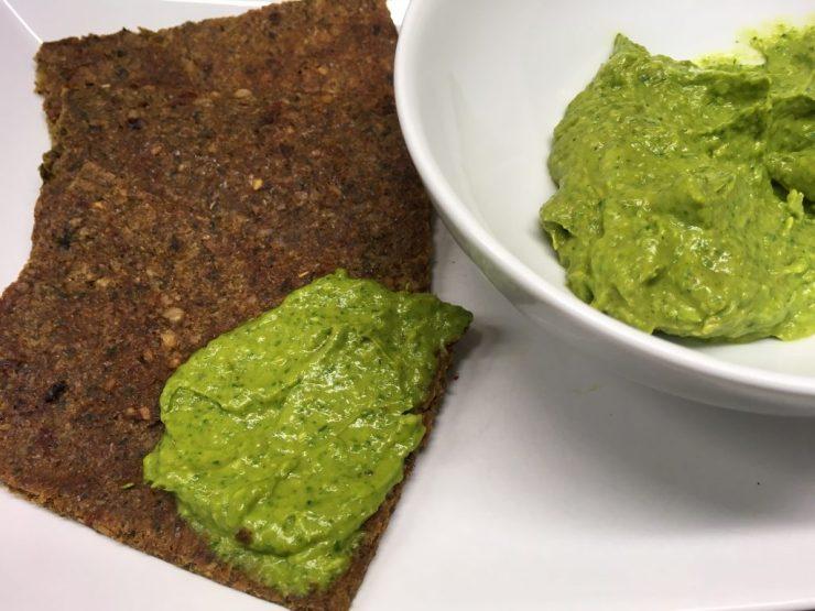 Avocado Erdnuss Dip mit Spinat und Curry auf Pastinaken Erdnuss Fladenbrot
