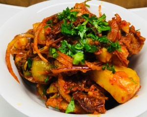 Pikante Kartoffeln mit Kichererbsen, Tomaten und Avjar Dressing