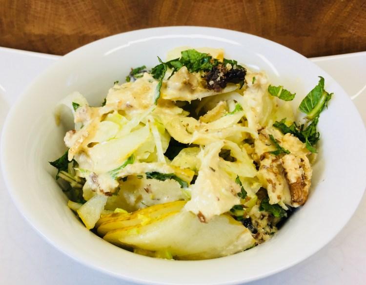 Fenchel Salat mit Birne, Datteln, Walnüssen, Minze und Cashew Orangen Dressing