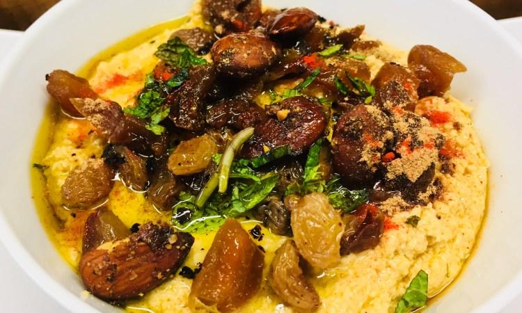Marokkanischer Hummus mit Aprikosen, Rosinen, Mandeln und Zimt