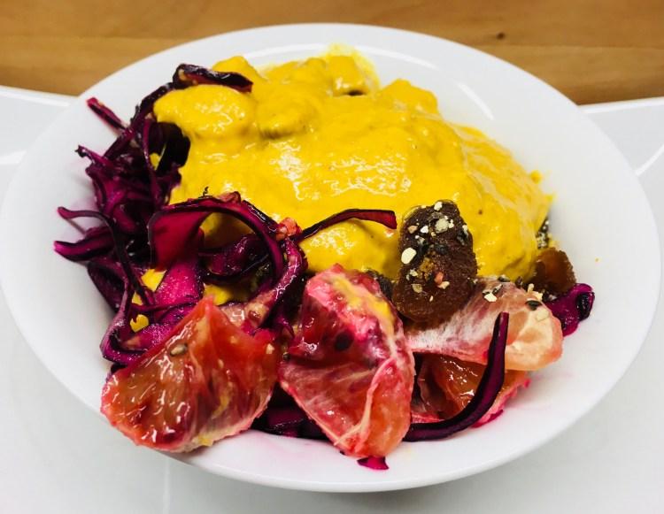 Rotkohl Salat mit Blutorangen, Sesam und Aprikosen Curry Dressing