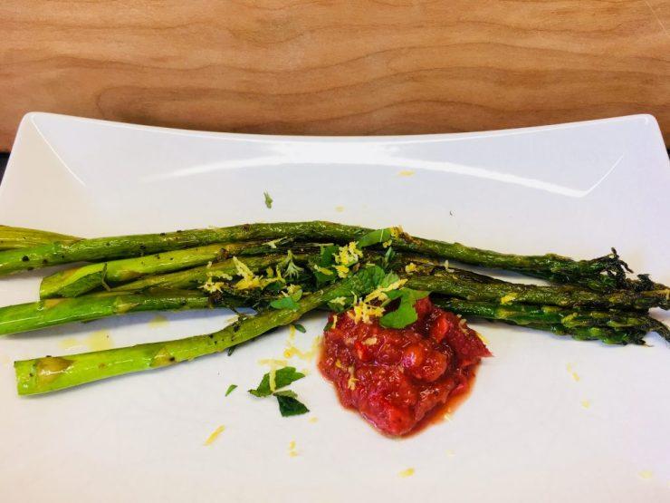 Gerösteter grüner Spargel mit Erdbeer Chutney