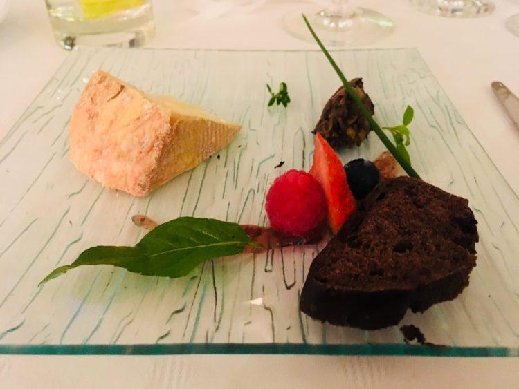 Livarot mit einer Gemüsepaste aus Auberginen, Shitakepilzen, Oliven mit Feigenpüree und Kakaobrot