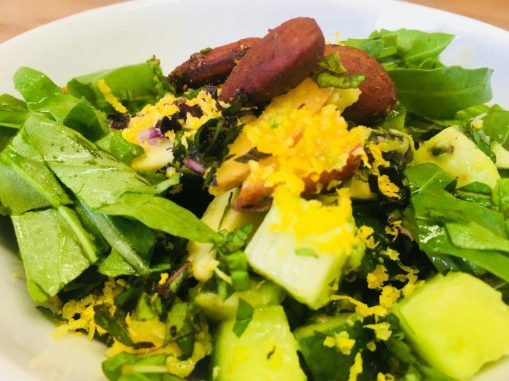 Gurkensalat mit Pfirsich, Avocado und Basilikum