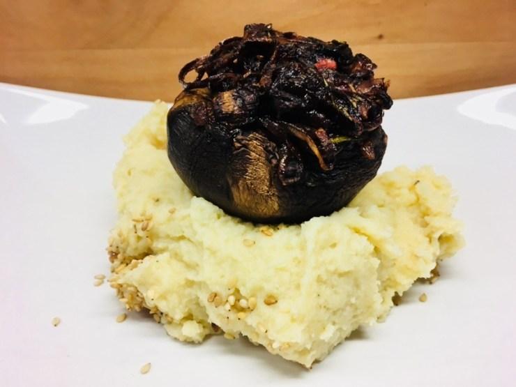 Gefüllte Portobello Pilze mit Kartoffel Püree mit Tahini und Knoblauch