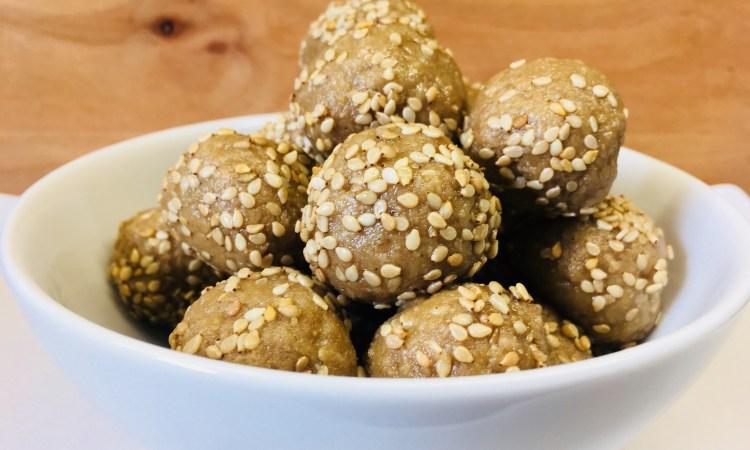 Halva Energiebällchen aus Sesam, Mandeln und Honig