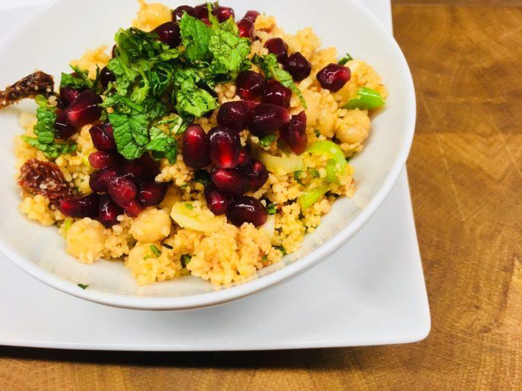 Couscous Salat mit getrockneten Tomaten, Kichererbsen und Granatapfelkernen