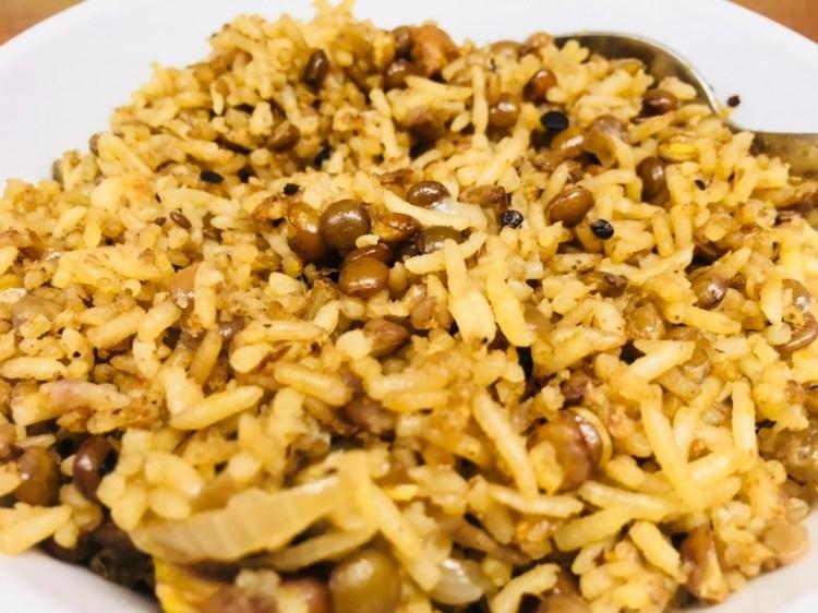 Linsen Reis mit Aprikosen, Pistazien und karamellisierten Zwiebeln