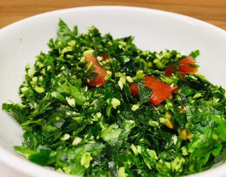 Gotu Kola Sambol: Kräuter Salat mit Chilis, Zwiebeln, Tomaten und Limettensaft