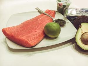Lachstartar mit Avocado und Kräuterdip