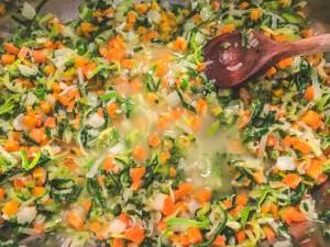 Gemüse anschwitzen und mit Wein ablöschen