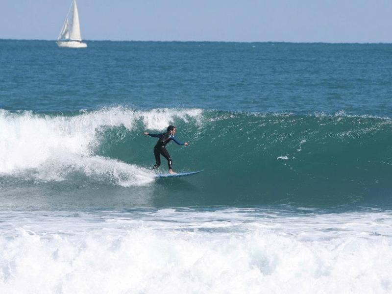 Jávea ,por su orientación este/noreste recibe los swells con gran período provenientes del Mediterráneo norte, y si a esto le sumamos los fondos,se convierte en uno de los mejores spots de surf de la Comunidad Valenciana.