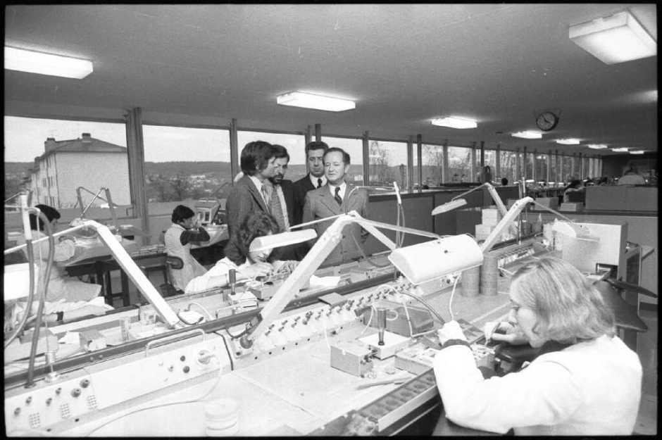 Usine YEMA _Chaîne de montage. Fenêtres de la façade en arrière plan. B. Faille - l'EST républicain N°917 Novembre 1977