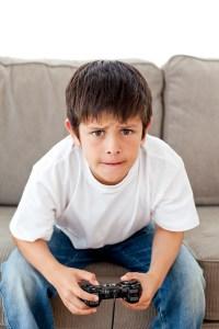 enfant jouant aux jeux vidéos