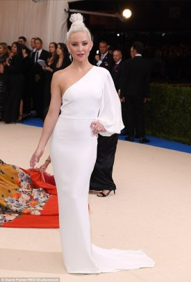 Kate Hudson avec les cheveux blancs comme la Reine des glaces,