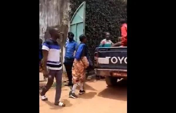 Des lycéens de Yaoundé en plein partouze