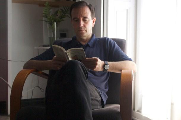 Martín Casariego en el rincón de lectura de su casa en Madrid. Karina Beltrán © 2013