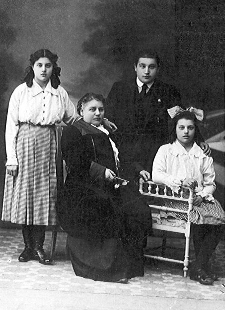 1914: María Moliner con su Madre y hermanos