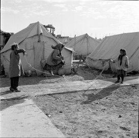 1972. Tiempo para jugar en el campo de refugiados palestinos de Qabr Essit, en Siria © Archivo fotográfico de UNRWA (Agencia de la ONU que se ocupa de los refugiados palestinos) M. Nasr.