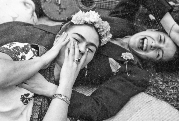Frida Kahlo junto a Chavela Vargas. Fotografía tomada en 1945 por Tina Modotti