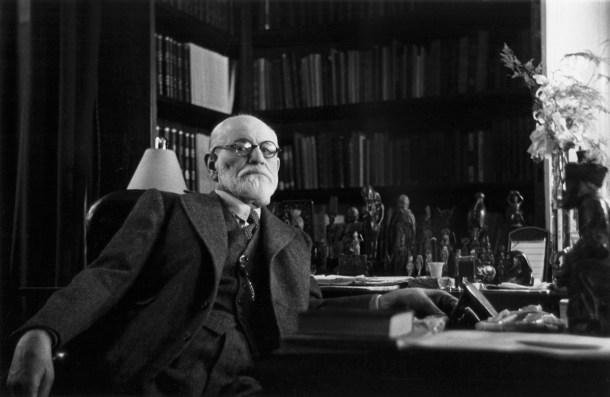 Sigmund Freud (1856 - 1939) en su oficina de Viena en 1937. La fotografía fue tomada por la princesa Eugenia de Grecia, hija de Marie Bonaparte. Colección Bourgeron/RDA/Hulton Archive/Getty Images.