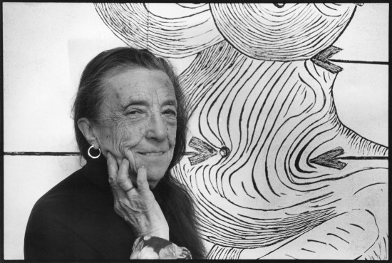 Louise Bourgeois en su estudio en Brooklyn, 1993, Foto © Vera Isler –Leiner, Art © The Easton Foundation .