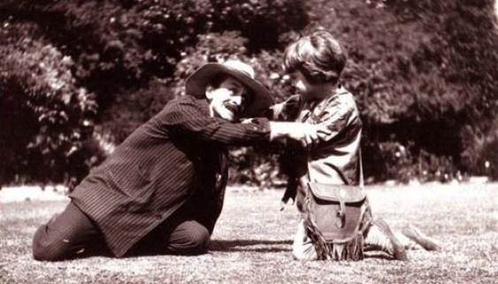 J M Barrie y Michael Davies, vestido de Peter Pan, jugando en el Cottage Black Lake de Surrey a principios del SXX.