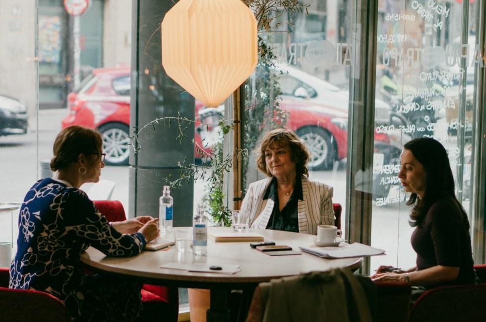Ana Blandiana. con la periodista Emma Rodríguez y su traductora al Castellano, Viorica Patea. Fotografías © Nacho Goberna