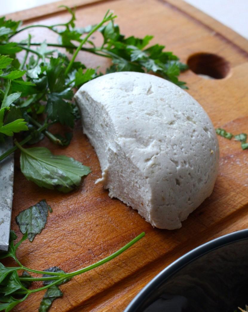 Mozzarella crue de tournesol sur une planche en bois avec du persil frais