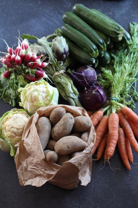 Légumes de printemps bruts carotte, chou rave, radis roses, pommes de terre, courgettes artichauts chou fleur